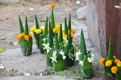 Offer- erbjuda som göras från den bananbladet och blomman som ber till guden fotografering för bildbyråer