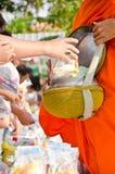 offerings för monk för mat för allmosabunke satte buddistiska s Arkivfoton