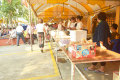 Offerring jedzenie zaludniać przy Tha Śpiewał monaster Fotografia Royalty Free