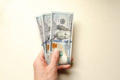 Offerta della mano trecento dollari Immagini Stock