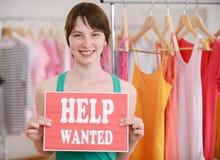 Offerta di lavoro: La donna con aiuto ha voluto il segno Fotografia Stock Libera da Diritti