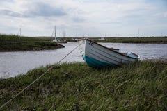 Offerta di legno di pesca attraccata sopra il segno di alta marea Fotografie Stock Libere da Diritti