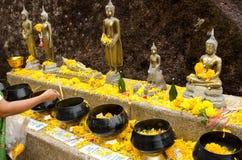 Offerti ad un tempio tailandese Fotografia Stock Libera da Diritti