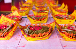Offerti con attenzione pronte su un altare ad un tempio buddista Immagini Stock Libere da Diritti