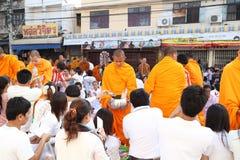 Offerti dell'alimento di elasticità della gente a 12.357 monaci buddisti Immagine Stock Libera da Diritti