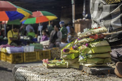 Offerti di preghiera al mercato tradizionale di Badung, Bali Immagine Stock