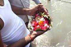 Offerti indù al Ganges fotografie stock libere da diritti