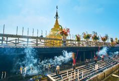 Offerti rituali alla pagoda di Kyaiktiyo, Myanmar Fotografie Stock Libere da Diritti