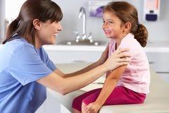 Office del niño del doctor que visita paciente Fotos de archivo libres de regalías