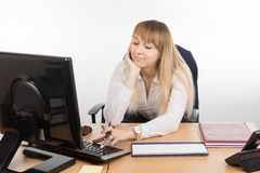 Office employee working at a leisurely computer Royalty Free Stock Photography