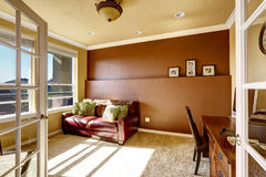 Office room with red leather couch Royalty Free Stock Photos