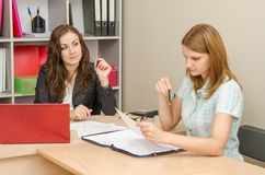 Office Specialist looks reproachfully at poetitelya Office Royalty Free Stock Photography