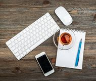 Free Office Table With Computer Keyboard And Cup Of Tea Royalty Free Stock Images - 141643249