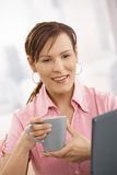 Office worker drinking tea at desk Royalty Free Stock Photos