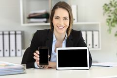Office worker showing tablet and smart phone screens Royalty Free Stock Photography