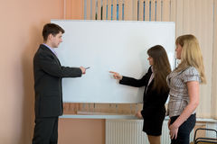 Office workers discuss work Royalty Free Stock Photos