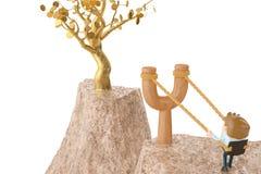 Officeman на рогатке, идет к дереву золота иллюстрация 3d Стоковая Фотография RF