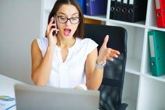 officemates Biznesowa kobieta przy Dużym Lekkim Biurowym obsiadaniem przy Ta zdjęcia stock