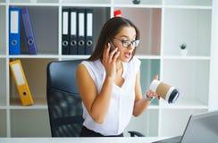 officemates Biznesowa kobieta przy Dużym Lekkim Biurowym obsiadaniem przy Ta zdjęcie royalty free
