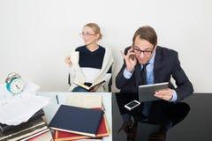 officemates kobieta patrzeje dla informaci w książkach fotografia royalty free