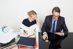 officemates kobieta patrzeje dla informaci w książkach zdjęcia stock