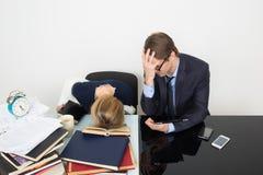 officemates kobieta patrzeje dla informaci w książkach zdjęcie royalty free