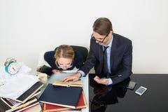 officemates kobieta patrzeje dla informaci w książkach zdjęcia royalty free