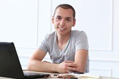 officemates Szczęśliwy mężczyzna przy pracą obrazy stock