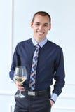 officemates Szczęśliwy mężczyzna z szkłem szampan obrazy stock