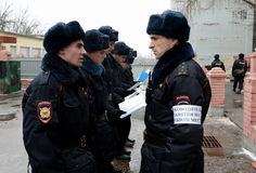 Officer instructs the soldiers. MOSCOW, RUSSIA - FEBRUARY 17, 2014:Officer instructs the soldiers Stock Photography