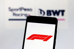 Officiële F1 FIA Formula 1 embleem op het mobiele apparatenscherm Het Teamembleem van Team Racing Point F1 op achtergrond royalty-vrije stock fotografie