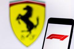 Officiële F1 FIA Formula 1 embleem op het mobiele apparatenscherm Het embleem van de Opdracht van Scuderia Ferrari zift team op d royalty-vrije stock foto's