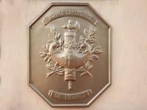 Officiële plaque van lokale Franse Consulate Consulat DE La Republique Francaise met de verbinding en het wapenschild van Frankri royalty-vrije stock fotografie