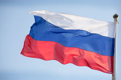 Officiële Russische vlag op de blauwe hemelachtergrond stock fotografie