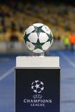 Officiële UEFA verdedigt Liga matchball op voetstuk Stock Afbeeldingen