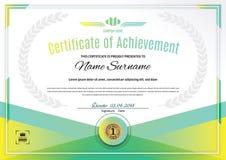 Officieel wit certificaat met de groene elementen van het driehoeksontwerp Bedrijfs schoon modern ontwerp Stock Afbeeldingen