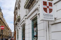 Officiell bokhandel av ett internationellt berömt universitet i en engelsk stad arkivbild