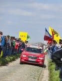Officiell röd bil på vägarna av Paris Roubaix som cyklar loppet Royaltyfria Foton