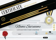 Officiellt certifikat med emblemet och rånet kantlagrar låter vara vektorn för oakbandmallen Svarta guld- designbeståndsdelar på  Royaltyfri Bild