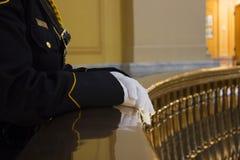 Officier de police dans l'uniforme de robe Photographie stock libre de droits
