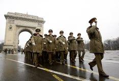 Officiers militaires de défilé à la voûte triomphale Photographie stock