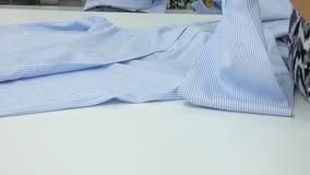 Officina in camice di cucito in una fabbrica del tessuto stock footage