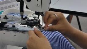 Officina in camice di cucito in una fabbrica del tessuto archivi video