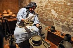 Officina ceramica antica in una greppia vivente di Natale fotografie stock libere da diritti