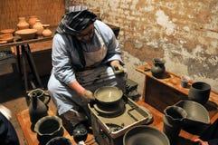 Officina ceramica antica in una greppia vivente di Natale immagini stock