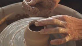 Officina creativa: l'uomo lavora con una ruota del ` s del vasaio, soltanto mani video d archivio