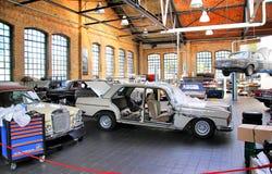 Officina del museo del classico d'annata Remise delle automobili Fotografia Stock Libera da Diritti