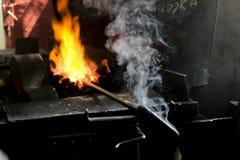 Officina del ` s del fabbro Strumenti funzionanti del metallo in fucina Fotografia Stock Libera da Diritti