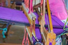 Officina dello Sri Lanka tradizionale di fabbricazione del prodotto del batik e di telaio a mano fotografia stock