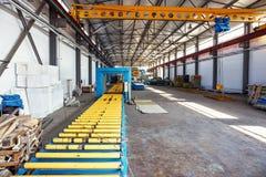 Officina industriale della manifattura per i pannelli a sandwich di produzione per costruzione Interno moderno della fabbrica di  Immagine Stock Libera da Diritti